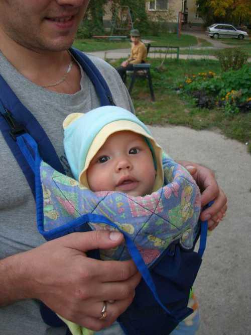 малыш поймал приличный улов на свою игрушечную удочку такой маленький, а уже добытчик